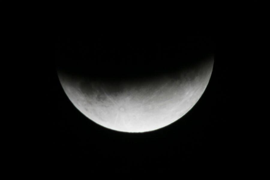 L'éclipse partielle de Lune depuis la ville de Rafah, au sud de la Bande de Gaza, le 17 juillet 2019.