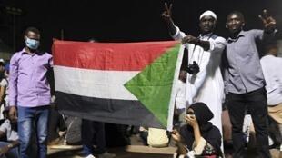 Des manifestants soudanais rassemblés devant le siège de l'armée à Khartoum, la capitale soudanaise, le 9 avril 2019.