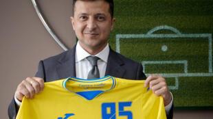 Le maillot de la discorde de la sélection d'Ukraine fièrement exhibé par le président ukrainien Volodymyr Zelensky, le 9 juin 2021 à Kiev