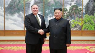 El líder norcoreano Kim Jong-un se reúne con el Secretario de Estado de los EE. UU., Mike Pompeo, en Pyongyang, en esta foto publicada por la Agencia Central de Noticias de Corea del Norte (KCNA), el 7 de octubre de 2018.