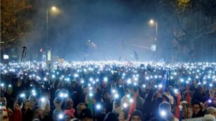 Des milliers de personnes ont pris part dimanche 16 décembre 2018 à la manifestation organisée contre la nouvelle loi sur le travail, à Budapest (Hongrie).