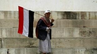 يمني خلال تظاهرة مناصرة للحوثيين في صنعاء 17 أبريل 2016
