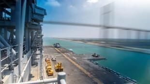 سفينة تمر تحت جسر مبارك للسلام أثناء عبورها بقناة السويس، مصر ، 23 حزيران/يونيو 2019.