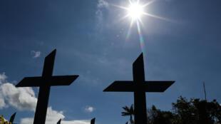 Au cimetière Nossa Senhora Aparecida , où des personnes décédées du Covid-19 sont enterrées quotidiennement, à Manaus, capitalme de l'Etat de l'Amazonas, Brésil, le 2 juin 2020