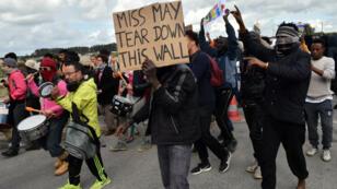 """Manifestation contre la construction du mur """"anti-intrusions"""" à Calais, le 1er octobre 2016."""