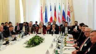 Helga Schmit, secretaria general del Servicio Europeo de Acción Exterior, a la izquierda del principal negociador en asuntos nucleares iraní Abbas Araqchi, en Viena, Austria, el 28 de junio de 2019.