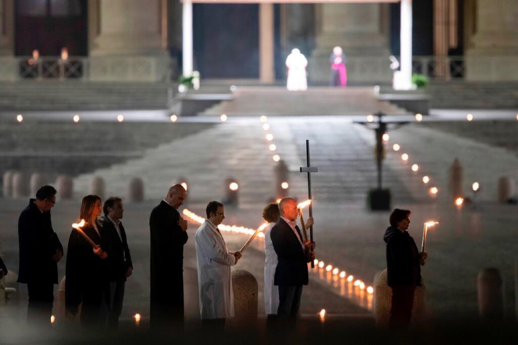 Los grupos encargados de llevar la cruz en el viacrucis del 10 de abril de 2020 en la Plaza de San Pedro.