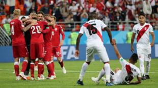 Dinamarca celebra la victoria mientras que el peruano Cueva es alentado por sus compañeros. 16 de junio 2018.