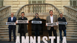 """قياديون انفصاليون يحملون لافتة كتب عليها """"العفو"""" في برشلونة في 1 شباط/فبراير 2021"""