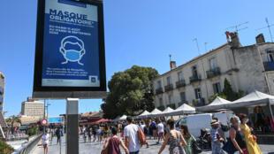 Des passants portant des masques de protection à Montpellier, le 15 août 2020