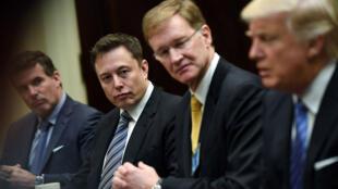 Elon Musk et d'autres acteurs du commerce mondial rencontrent Donald Trump à la Maison Blanche, le 23janvier2017.
