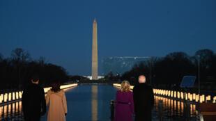 الرئيس الأميركي المنتخب جو بايدن (يمين) وزوجته جيل وعن يسارهما نائبة الرئيس المنتخب كمالا هاريس وزوجها دوغ إيمهوف خلال إحيائهم ذكرى ضحايا كوفيد-19 في نصب لينكولن في واشنطن في 19 ك2/يناير 2021.