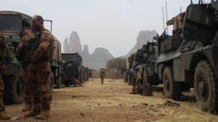 صورة من الأرشيف تظهر جنودا فرنسيين قرب رتل مدرعات، ويظهر في الخلفية جبل هومبري، عند بدء عملية قوّة برخان الفرنسية في منطقة غورما في مالي، 27 آذار/مارس 2019.