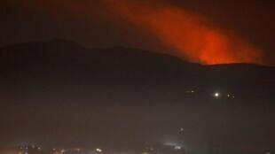 دخان يتصاعد في محيط العاصمة السورية دمشق ليل 25 ديسمبر/كانون الأول 2018