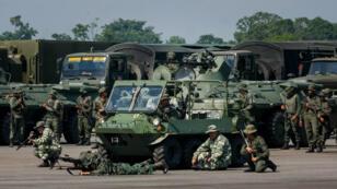 Miembros de las Fuerzas Armadas Bolivarianas de Venezuela toman parte del inicio de los ejercicios militares en la frontera con Colombia este martes, desde el Aeropuerto Nacional Francisco García de Hevia, en la localidad de La Fría, estado Táchira, Venezuela, el 10 de septiembre de 2019.