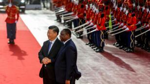 الرئيس السنغالي ماكي سال مستقبلا نظيره الصيني شي جينبينغ في دكار. 21 تموز/يوليو 2018.