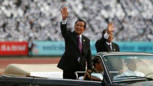 El primer ministro de Camboya, Hun Sen, llega a un evento para conmemorar el 40 aniversario del derrocamiento de los Jemeres Rojos en el estadio olímpico de Phnom Penh, Camboya, el 7 de enero de 2019.