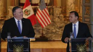 El secretario de Estado de Estados Unidos, Mike Pompeo, asiste a una conferencia de prensa con el ministro de Relaciones Exteriores de Perú, Nestor Popolizio, en el Palacio de Gobierno en Lima, Perú, 13 de abril de 2019.