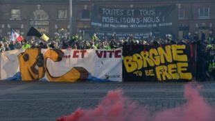 """محتجو """"السترات الصفراء"""" في ساحة الكابيتول بمدينة تولوز يوم 23 فبراير/شباط 2019"""