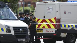 La police sécurise le périmètre pendant des perquisitions dans le quartier de Moss Side à Manchester, le 27 mai 2017.