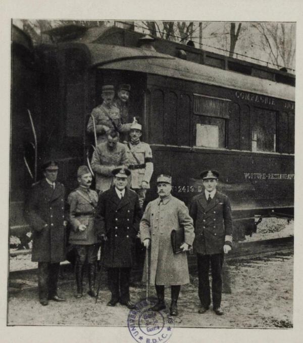 Devant le wagon où a été signé l'armistice, le maréchal Foch prêt à partir pour Paris avec l'original de la convention
