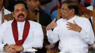 El recién nombrado primer ministro de Sri Lanka , Mahinda Rajapaksa, y el presidente Maithripala Sirisena hablan durante un mitin cerca del parlamento en Colombo, Sri Lanka, el 5 de noviembre de 2018.