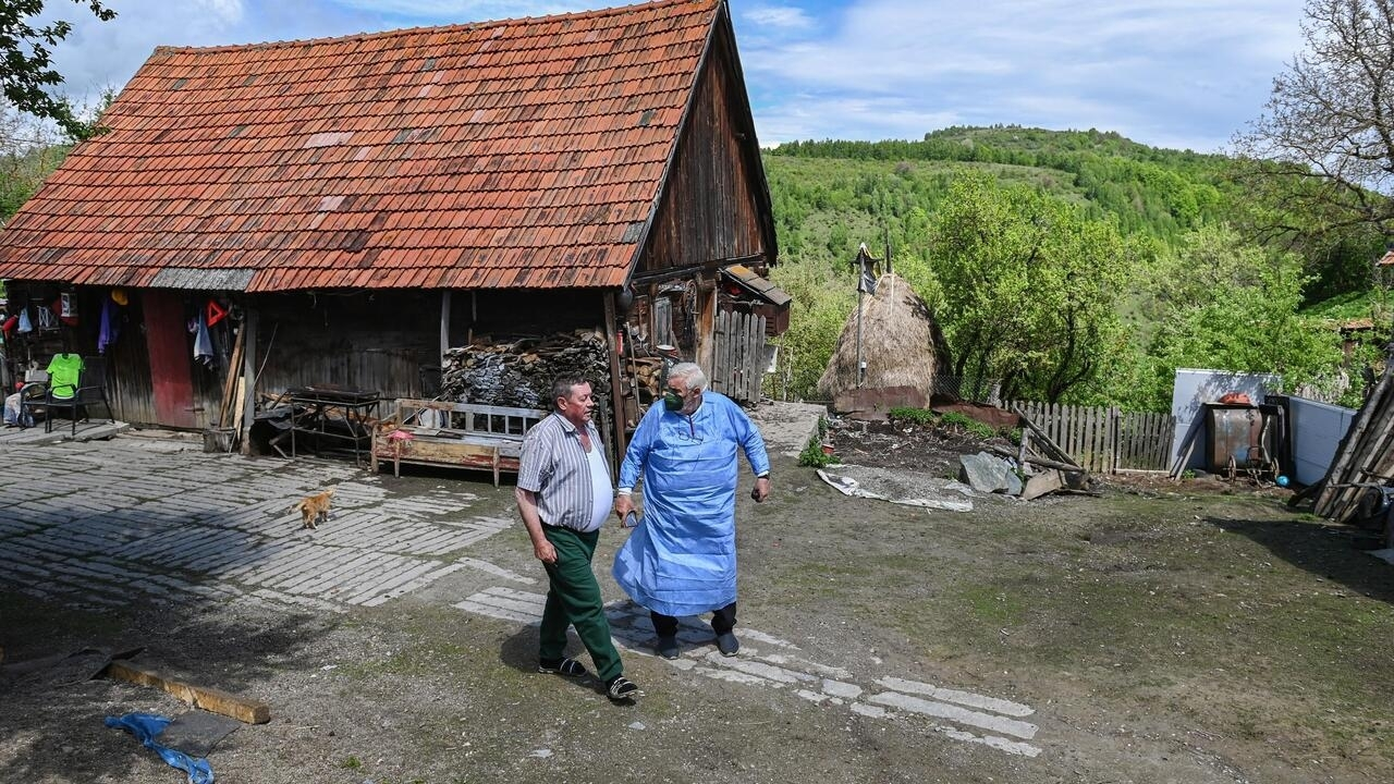 Isolated Romania villagers offered door-to-door Covid jabs - France 24