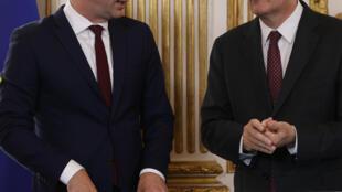 Le Premier ministre Jean Castex (D) et le ministre de la Santé Olivier Véran lors de la signature des accords du Ségur de la Santé, le 13 juillet 2020 à Paris