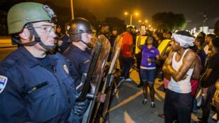 Des manifestants font face à la police, le 8 juillet, à Bâton-Rouge.
