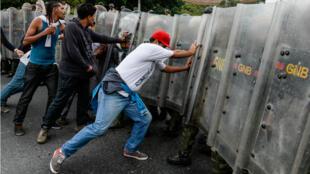 Des manifestants opposés à Nicolas Maduro affrontent les forces de l'ordre à Caracas le 11 mai 2016.