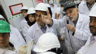 Una foto distribuida por la Agencia de Energía Atómica de Irán muestra al jefe Ali Akbar Salehi visitando la planta de energía nuclear de Natanz, en la ciudad de Natanz, en la provincia de Isfahan, Irán central, el 4 de noviembre de 2019.