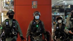 عناصر شرطة مكافحة الشغب الصينية في هونغ كونغ يرتدون أقنعة طبية واقية. 26 أبريل/نيسان 2020.