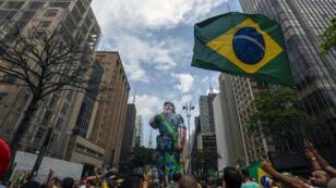 Manifestation de soutien à Jair Bolsonaro (representé par un mannequin gonflable en treillis militaire) sur l'Avenida Paulista à Sao Paulo le 30 septembre 2018