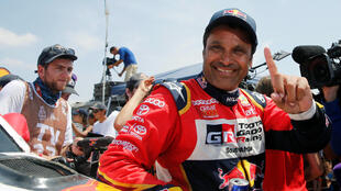 El catarí Nasser Al-Attiyah celebra tras haber conquistado el Rally Dakar 2019 en la categoría autos, en Lima, el 17 de enero de 2019.