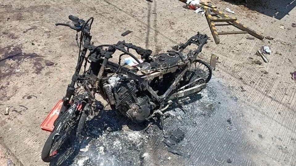 Una motocicleta quemada se muestra a raíz de una explosión en la isla de Jolo, provincia de Sulu, Filipinas, el 24 de agosto de 2020. En esta imagen obtenida de las redes sociales.