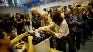 La gente vota en un colegio de Barcelona. 1/10/2017