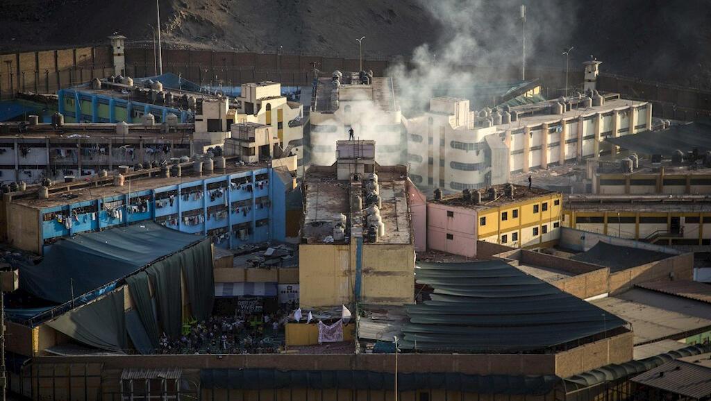 Esta es la cárcel Miguel Castro Castro, en Lima, Perú, durante un motín que estalló el 27 de abril de 2020 para protestar por las condiciones en la que los presos están durante la pandemia del Covid-19.