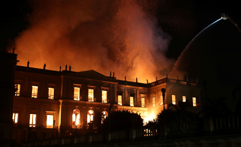 Los bomberos intentan extinguir el incendio que consume gran parte del Museo Nacional de Río de Janeiro.
