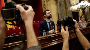 El presidente del Parlament, Roger Torrent, al inicio de la segunda jornada del pleno de investidura que se ha mantenido, pero ya no para proceder a la segunda votación para investir a Jordi Turull, debido a que este viernes volvió a ingresar en prisión. Imagen del 24 de marzo de 2018.