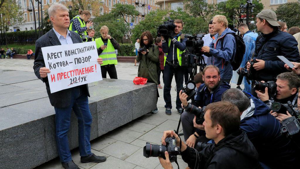 """El político de la oposición rusa Sergei Mitrokhin sostiene un cartel que dice: """"El arresto de Konstantin Kotov es una pena y un crimen"""", durante una protesta en Moscú, el 17 de agosto de 2019."""
