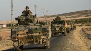 قوات تركية على الحدود مع سوريا.