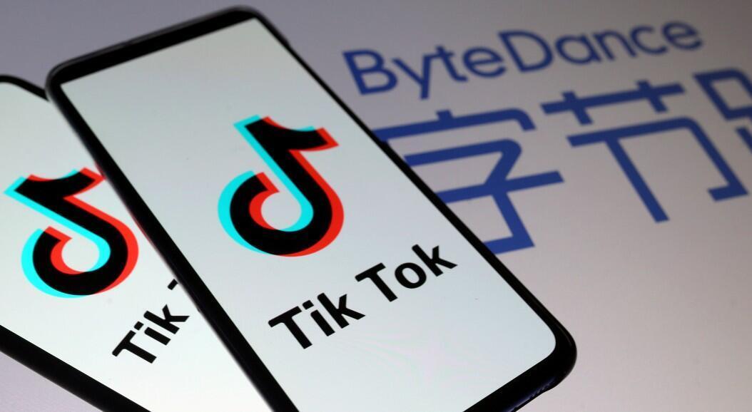 Logotipos de Tik Tok en teléfonos inteligentes frente a otro logotipo de ByteDance, en esta ilustración tomada el 27 de noviembre de 2019.