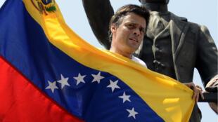 El líder opositor Leopoldo López el 18 de febrero de 2014 en Caracas, Venezuela, antes de entregarse a la Guardia Nacional luego de que el presidente Nicolás Maduro ordenara su captura por presunta incitación a la violencia.