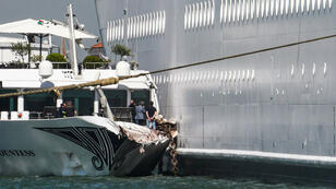 Le bateau touristique River Countess, heurté par l'incontrôlable paquebot MSC Opera, à Venise le 2 juin 2019.