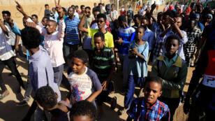 متظاهرون سودانيون يتظاهرون في الخرطوم، السودان، 7 فبراير / شباط 2019.