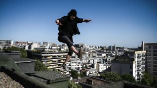 El 'freerunner' Simon Nogueira salta en la azotea de un edificio el 26 de abril de 2020 en París
