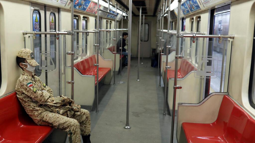 Un soldado iraní usa una mascarilla protectora, en medio del coronavirus (COVID-19), mientras está sentado en el metro en Teherán, Irán, el 2 de abril de 2020.