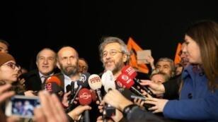 رئيس تحرير صحيفة جمهورييت جان دوندار ومدير مكتبها في أنقرة أردم غول بعد الإفراج عنهما من سجن سيلفيري في إسطنبول في 26 شباط/فبراير 2016