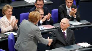 Wolfgang Schaeuble recibe las felicitaciones de la canciller alemana Angela Merkel, después de que fuera elegido como' Bundestagspraesident' durante la primera sesión plenaria de la cámara baja alemana del Parlamento, el Bundestag, después de unas elecciones generales en Berlín, Alemania, el 24 de octubre de 2017.
