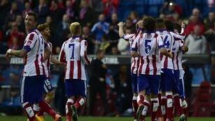 لاعبو أتلتيكو مدريد يحتفلون بهدفهم الثاني في شباك ديبورتيفو في 30 تشرين الثاني/نوفمبر 2014